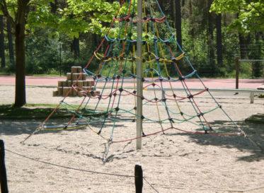 Kletternetz auf dem Schulhof