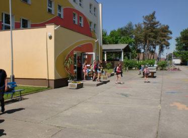 Schulhof mit Eingangsberech